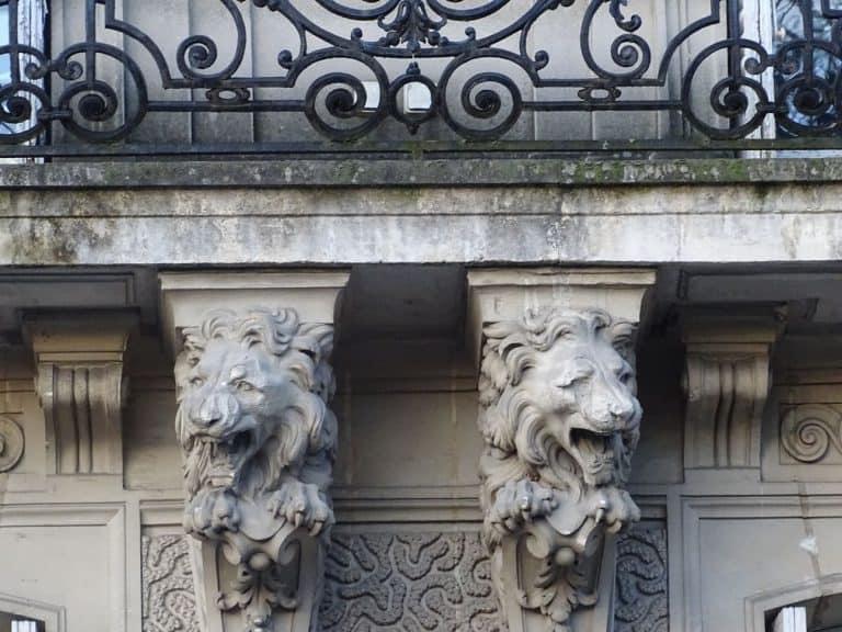 Ravalement façade. Nettoyage & restauration des ornements. Peinture façade.